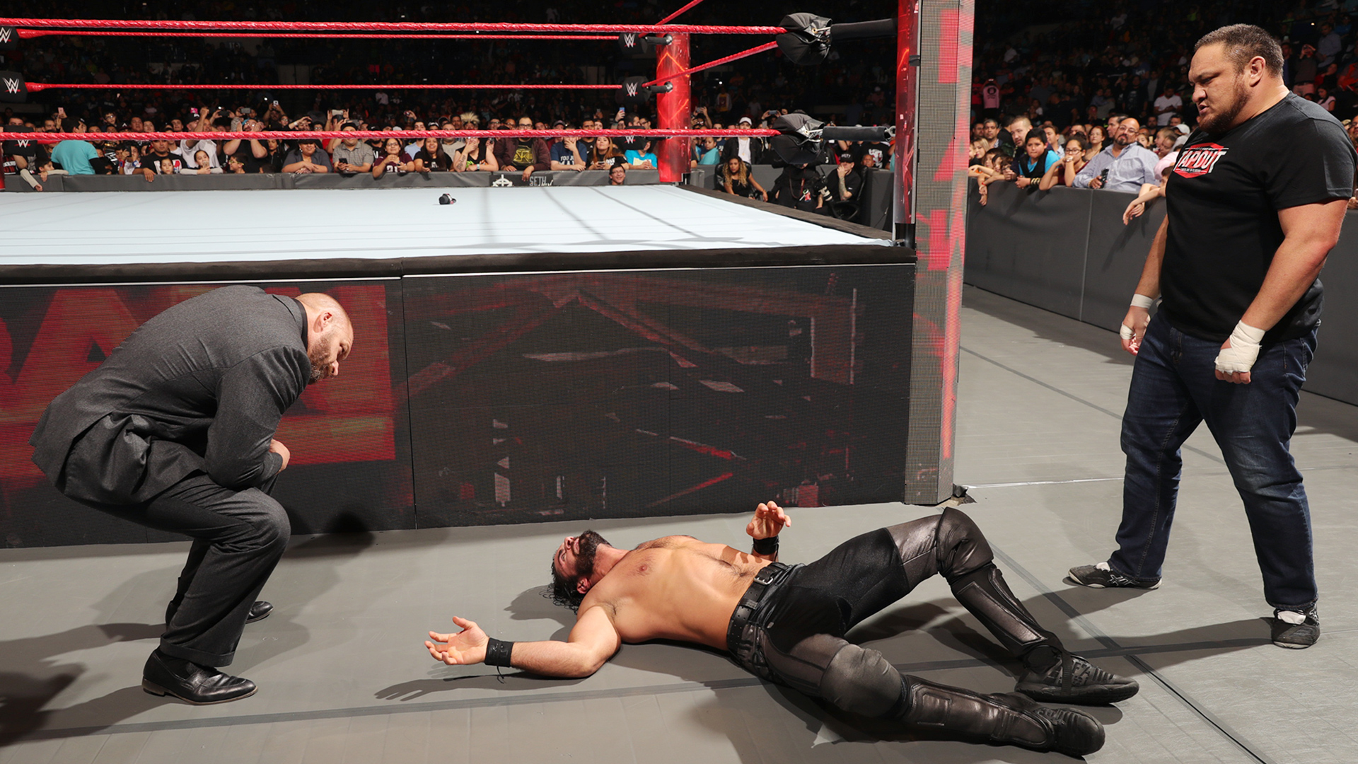 Samoa Joe ataca Seth Rollins de surpresa, a mando de Triple H
